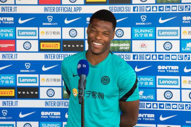 COMO, ITALY - AUGUST 24: Denzel Dumfries of FC Internazionale interviewed before the FC Internazionale training session at the club's training ground Suning Training Center at Appiano Gentile on August 24, 2021 in Como, Italy. It has been a busy window for Inter! (Photo by Mattia Pistoia - Inter/Inter via Getty Images)
